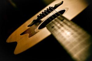 Pilih Gitar Akustik Terbaik