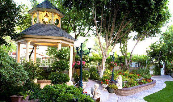 Gazebo mempercantik taman rumah