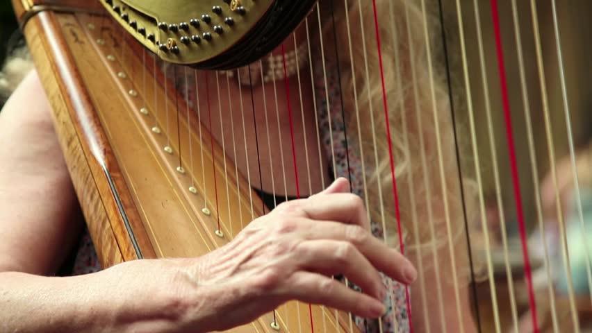 Membersihkan alat musik harpa